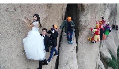 """情侣悬崖峭壁拍婚纱照 """"唐僧师徒""""4人来围观"""